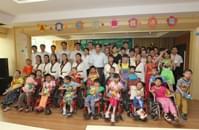 董事长王忠本先生与儿童福利院的孩子们